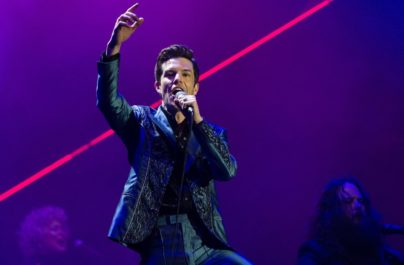 The Killers calienta el ambiente y… 'Caution'
